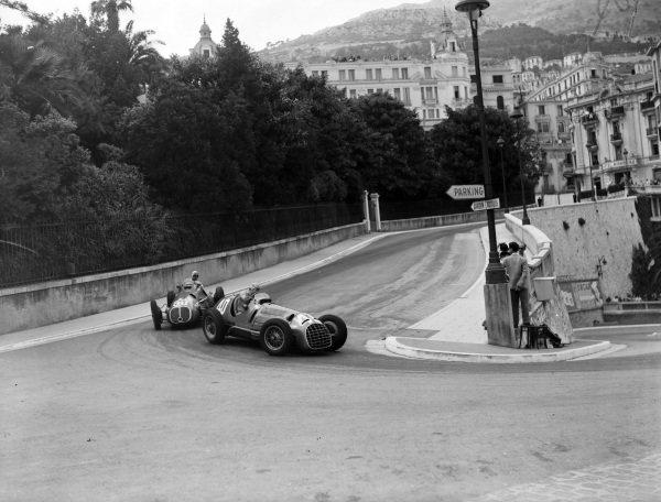 """Alberto Ascari, Ferrari 125, leads """"B Bira"""", Maserati 4CLT-48."""