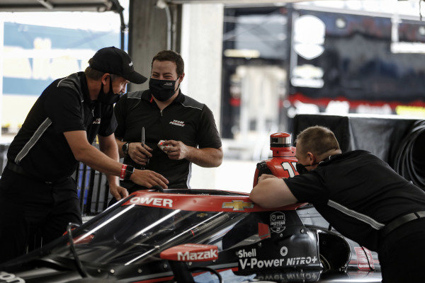 #12: Will Power, Team Penske Chevrolet crew have a laugh