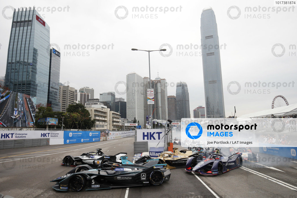 Oliver Rowland (GBR), Nissan e.Dams, Nissan IMO1, passes Stoffel Vandoorne (BEL), HWA Racelab, VFE-05, at the start of the race