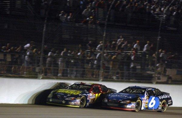 Greg Biffle (USA) beats Mark Martin (USA) to the win by half a car length. NASCAR Nextel Cup, Rd36, Homestead-Miami Speedway, Florida, USA, 20 November 2005. DIGITAL IMAGE