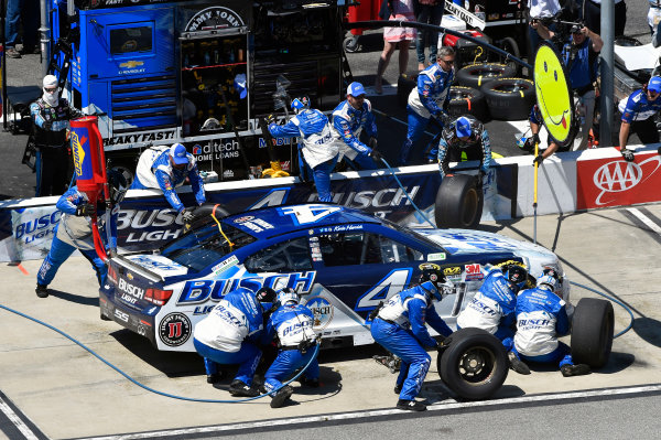 22-24 April, 2016, Richmond, Virginia USA Kevin Harvick pit stop ? 2016, Nigel Kinrade LAT Photo USA