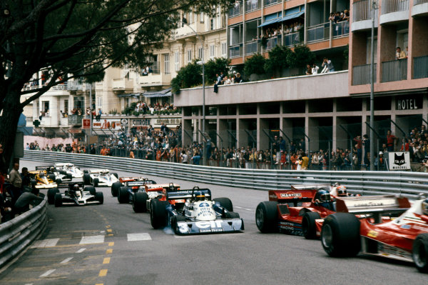Monte Carlo, Monaco. 20-22 May 1977. Ronnie Peterson (Tyrrell P34 Ford), retired leads Niki Lauda (Ferrari 312T2), 2nd position, at the start, action.  World Copyright: LAT Photographic. Ref:  77MON60