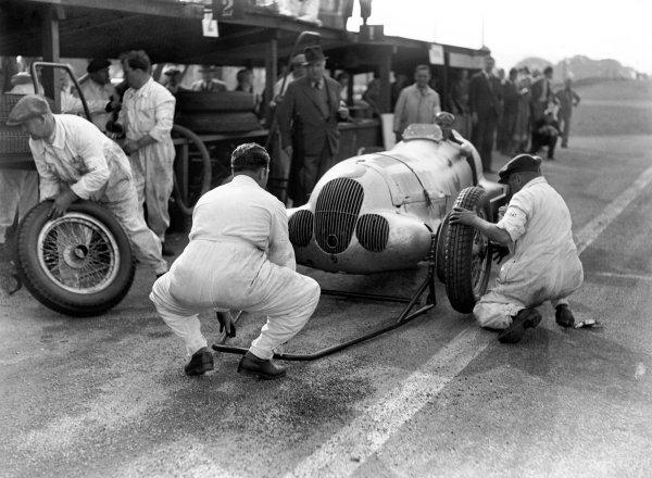 1937 Donington Grand Prix.Donington Park, Great Britain. 2 October 1937.Manfred von Brauchitsch, Mercedes-Benz W125, 2nd position, pitstop action with Team Manager Alfred Neubauer looking on.World Copyright: LAT PhotographicRef: C12990