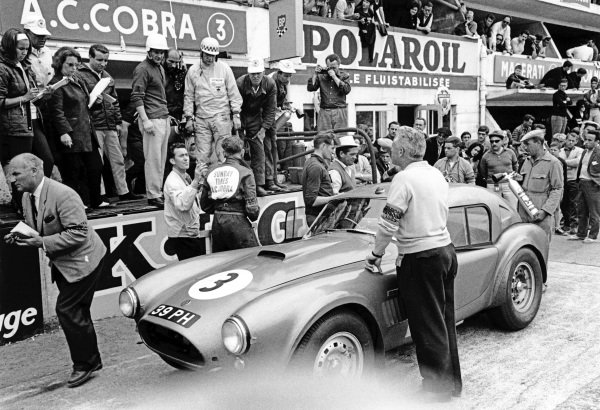 Le Mans, France. 15th - 16th June 1963.Peter Bolton/Ninian Sanderson (AC Cobra 289 Ford Coupe), 7th position, pit stop action. World Copyright: LAT Photographic.Ref:  10451C - 19.