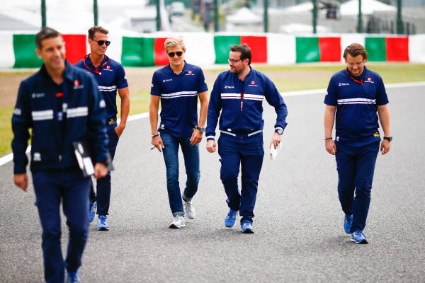 Suzuka Circuit, Japan. Thursday 05 October 2017. Marcus Ericsson, Sauber, walks the track with his team. World Copyright: Andy Hone/LAT Images  ref: Digital Image _ONZ0700
