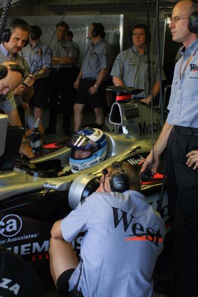 2001 Japanese Grand Prix - Friday / PracticeSuzuka, Japan. 20th October 2001.Mika Hakkinen (McLaren Mercedes).World Copyright - LAT Photographicref: 8 9 MB Digital