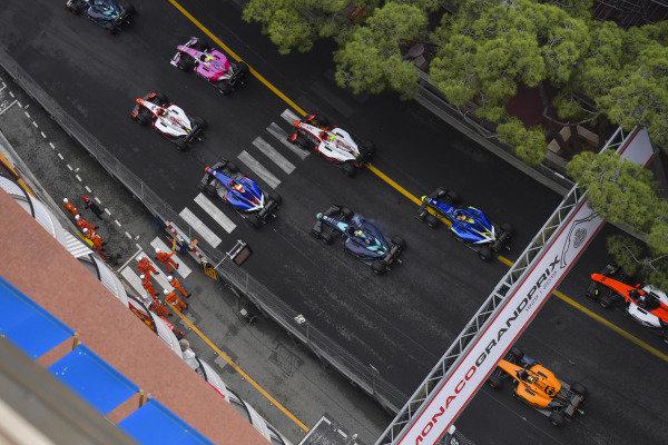Anthoine Hubert (FRA, BWT ARDEN), leads Mick Schumacher (DEU, PREMA RACING), Sean Gelael (IDN,PREMA RACING), Nobuharu Matsushita (JPN, CARLIN) and the rest of the field