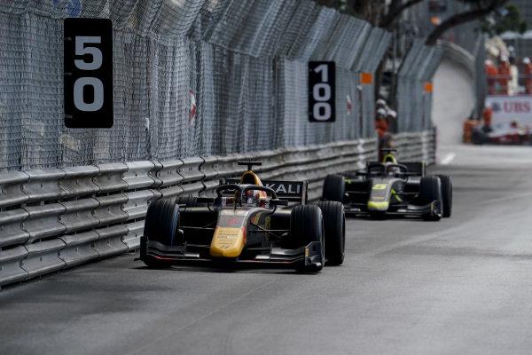 Liam Lawson (NZL, Hitech Grand Prix), leads Dan Ticktum (GBR, Carlin)