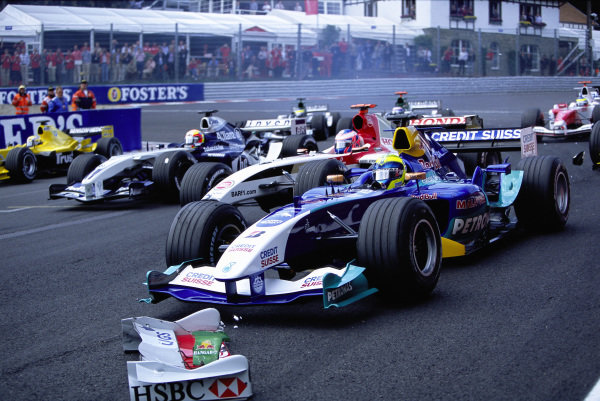 Felipe Massa, Sauber C23 Petronas leads Jenson Button, BAR 006 Honda as Mark Webber's Jaguar R5 Cosworth front wing sits on the track.