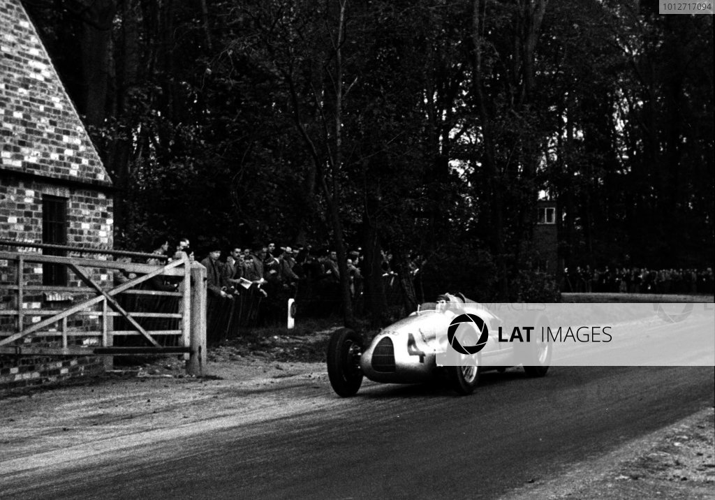 1938 Donington Grand Prix.Donington Park, Great Britain.Tazio Nuvolari (Auto Union D-typ), 1st position, passing through farm gateWorld - LAT Photographic