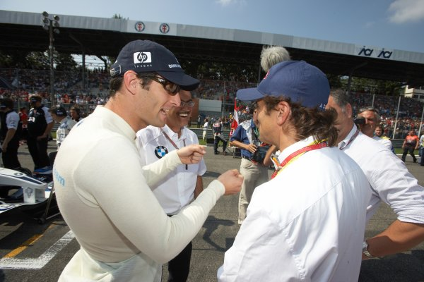 2005 Italian Grand Prix - Sunday Race,Monza, Italy. 4th September 2005 Mark Webber, Williams F1 BMW FW27 talks to Alex Zinardi on the grid before the start of the race. World Copyright: Michael Cooper/LAT Photographic ref: 48mb Hi Res Digital Image