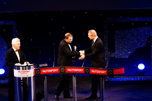 2016 Autosport Awards. Grosvenor House Hotel, Park Lane, London. Sunday 4 December 2016.  Sir Chris Hoy presents Nigel Mansell with the Gregor Grant Award   World Copyright: /LAT Photographic. ref: Digital Image _14P0414