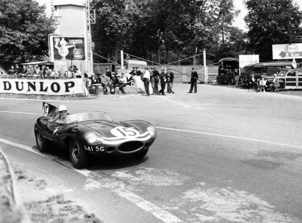 1957 Le Mans 24 hours.Le Mans, France. 22-23 June 1957.Ninian Sanderson/John Lawrence (Ecurie Ecosse Jaguar D-type), 2nd position, action.World Copyright: LAT PhotographicRef: C49318