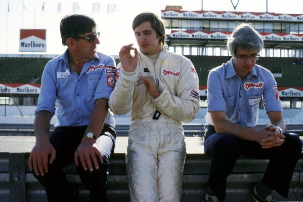 Ken Tyrrell (GBR) Tyrrell Team Owner (Left) talks with Eddie Cheever (USA) Tyrrell (Centre), who crashed out of the race on lap 47 after suffering a suspension failure. 