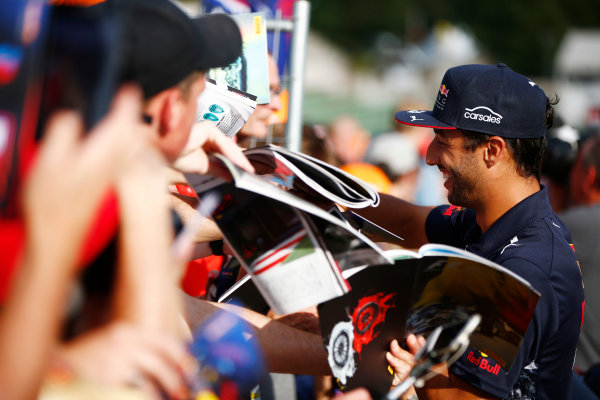 Spa Francorchamps, Belgium.  Thursday 24 August 2017. Daniel Ricciardo, Red Bull Racing, signs autographs for fans. World Copyright: Andy Hone/LAT Images  ref: Digital Image _ONY3574