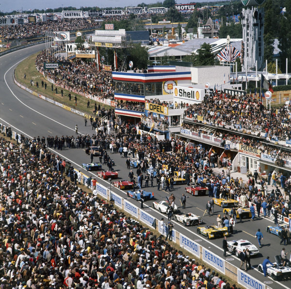 Le Mans, France. 10-11 June 1972 The cars form up on the grid before the start, atmosphere World Copyright: LAT PhotographicRef: 72MFLM