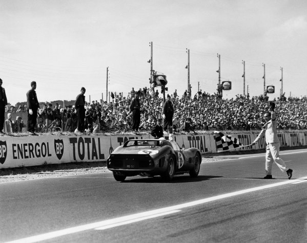 Le Mans, France. 23rd - 24th June 1962.Olivier Gendebien/Phil Hill (Ferrari 330 TRI/LM), 1st position, crosses the finishing line and takes the chequered flag, action. World Copyright: LAT Photographic.Ref:  B/WPRINT.