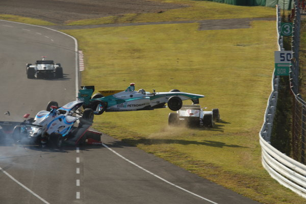 2014 Super Formula Series Sugo, Japan. 27th - 28th September 2014. Rd 6. The first lap accident, action World Copyright: Yasushi Ishihara / LAT Photographic. Ref:  2014SF_Rd6_021.JPG