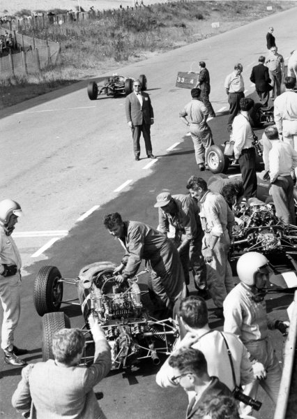 1965 Dutch Grand Prix.Zandvoort, Holland. 18 July 1965.Mike Spence, Lotus 25-Climax, 8th position, in the pits (left).World Copyright: LAT PhotographicRef: Autocar b&w print