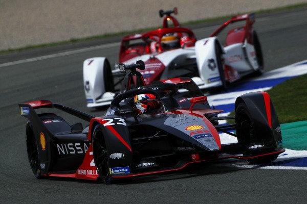 Sebastien Buemi (CHE), Nissan e.Dams, Nissan IMO2, leads Sergio Sette Camara (BRA), Dragon Penske Autosport, Penske EV-5