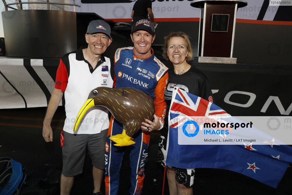 Kiwi Champion Scott Dixon, Chip Ganassi Racing Honda with three Kiwis