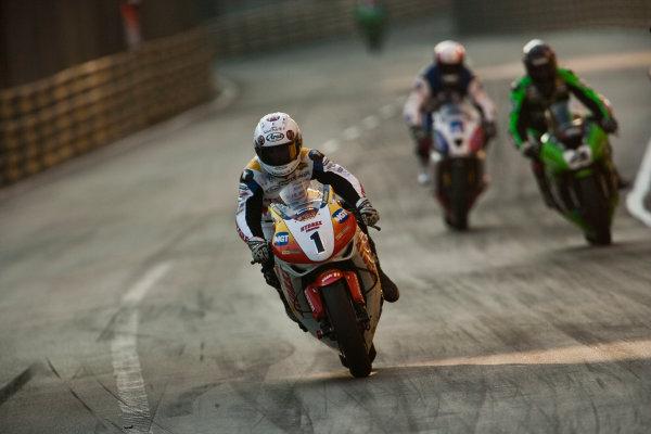 19th - 22nd November 2009. Circuit de Guia, Macau. Stuart Easton, (Hydrex IGT Honda) leads Conor Cummins, (PBM Kawasaki WSBK Team). Action. World Copyright: Drew Gibson/LAT Photographic.ref: Digital Image VY9E0623