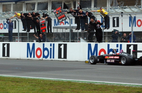 Gary Paffett (GBR), Team Rosberg, winner of the race on Saturday and 2002 champion being cheered by his team from the pitwall after crossing the finishing line.