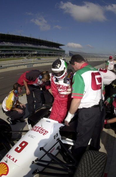 Michel Jourdain gets into his car during practice for the Rockingham 500.  Rockingham Motor Speedway, Corby, GBR.  13  Sept., 2002. CC15A