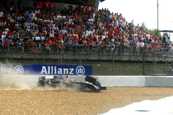 Kimi Raikkonen (FIN) McLaren Mercedes MP4/20 spins out of the race when the front suspension breaks on the last lap. 