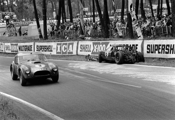 Le Mans, France. 15th - 16th June 1963.Peter Bolton/Ninian Sanderson (AC Cobra 289 Ford Coupe), 7th position, passes the wreckage of Richard Attwood/David Hobbs (Lola GT Mk 6 Ford), retired, action. World Copyright: LAT Photographic.Ref:  L63 - 178 - 30.