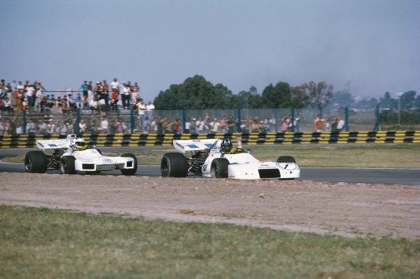 1972 Argentinian Grand Prix.  Buenos Aires, Argentina. 21st-23rd January 1972.  Graham Hill, Brabham BT33 Ford, retired, leads Carlos Reutemann, Brabham BT34 Ford, 7th position.  Ref: 72ARG39. World Copyright: LAT Photographic