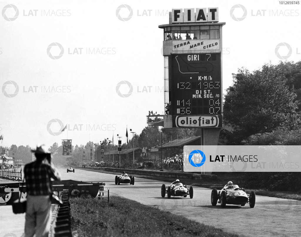 Monza, Italy. 13th September 1959.Phil Hill (Ferrari 246 Dino), 2nd position leads Stirling Moss (Cooper T51-Climax), 1st position, action.World Copyright: LAT Photographic.Ref: Autocar Used Pic 1st position January 1960 Pg 21.