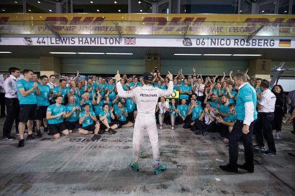 Yas Marina Circuit, Abu Dhabi, United Arab Emirates. Sunday 29 November 2015. Nico Rosberg, Mercedes AMG, 1st Position, and the Mercedes team celebrate victory. World Copyright: Steve Etherington/LAT Photographic ref: Digital Image SNE26738