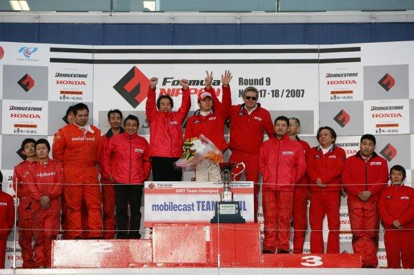 2007 Formula Nippon ChampionshipSuzuka Circuit, Japan17th - 18th November 2007Driver's champion Tsugio Matsuda (mobilecast Team IMPUL) and Team Champion (mobilecast Team Impul). Podium.World Copyright: Yasushi Ishihara/LAT Photographicref: Digital Image 2007FN_R9_018