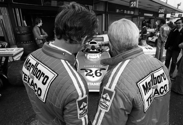 (L to R): Gordon Coppuck (GBR) McLaren Designer and Teddy Mayer (USA) McLaren Team Owner, take a look at the Ligier JS5, with revised air box following the ban of the high air boxes.Spanish Grand Prix, Rd4, Jarama, Spain, 2 May 1976.