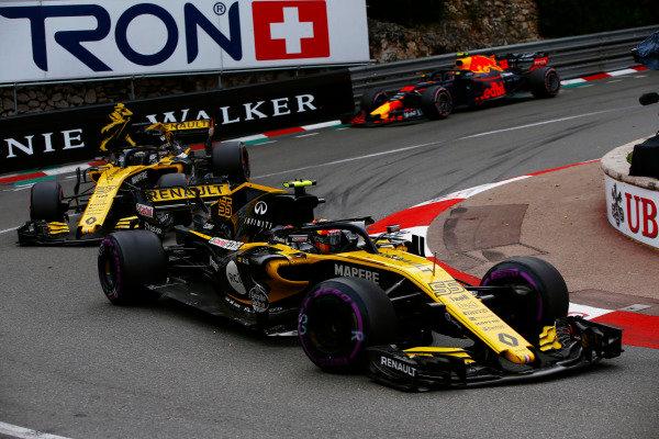 Carlos Sainz Jr., Renault Sport F1 Team R.S. 18, leads Nico Hulkenberg, Renault Sport F1 Team R.S. 18 and Max Verstappen, Red Bull Racing RB14 Tag Heuer.