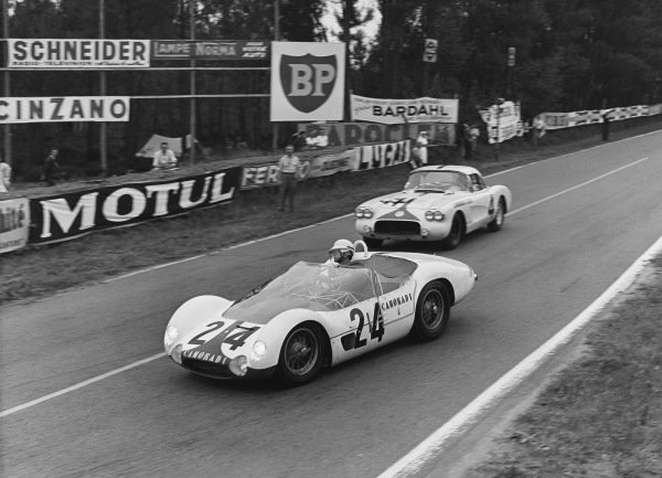 Le Mans, France. 25th - 26th June 1960 Chuck Daigh/Masten Gregory (Maserati Tipo 61), retired, leads Lou Lilley/Fred Gamble (Chevrolet Corvette), Not Classified, action. World Copyright: LAT Photographic Ref:  Autocar Glass Plate C59049.