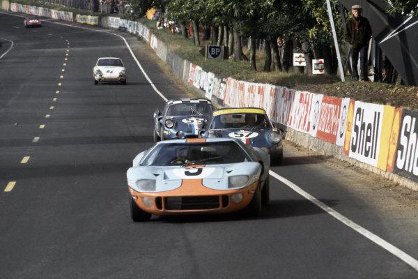 Le Mans, France. 28-29 September 1968. Pedro Rodriguez/Lucien Bianchi (#9 Ford GT40) leads Alain Le Guellec/Alain Serpaggi (#57 Alpine A210-Renault), Jean-Claude Andruet/Jean-Pierre Nicolas (#55 Alpine A210-Renault) and Claude Laurent/Jean-Claude Ogier (#64 Porsche 911T). World Copyright: LAT Photographic Ref: 68LM01