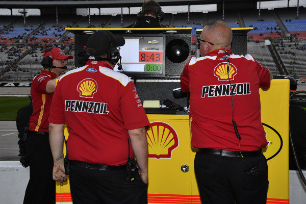 #22: Joey Logano, Team Penske, Ford Mustang Shell Pennzoil crew