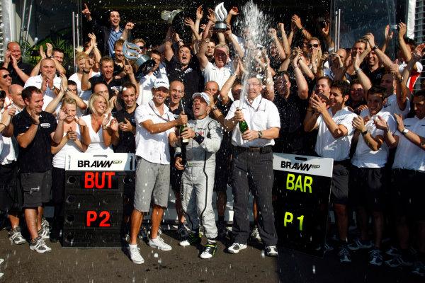 Autodromo Nazionale di Monza, Monza, Italy.13th September 2009.Rubens Barrichello, Brawn GP BGP001 Mercedes, 1st position, Jenson Button, Brawn GP BGP001 Mercedes, 2nd position, Ross Brawn, Team Principal, Brawn GP, and the Brawn GP team celebrate victory. Portrait. World Copyright: Charles Coates/LAT Photographicref: Digital Image _26Y0643