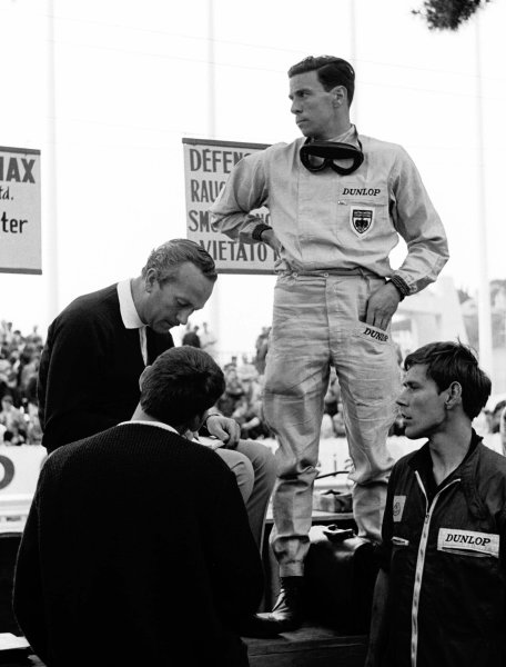 1964 Monaco Grand Prix.Monte Carlo, Monaco.7-10 May 1964.Jim Clark (Team Lotus) stands on the pit wall with team boss Colin Chapman sitting next to him. Ref: Motor 10953E/29. World Copyright - LAT Photographic