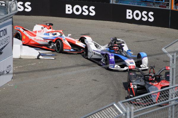 Sebastien Buemi (CHE), Nissan e.Dams, Nissan IMO2, leads Maximilian Guenther (DEU), BMW I Andretti Motorsports, BMW iFE.21, and Alex Lynn (GBR), Mahindra Racing, M7Electro