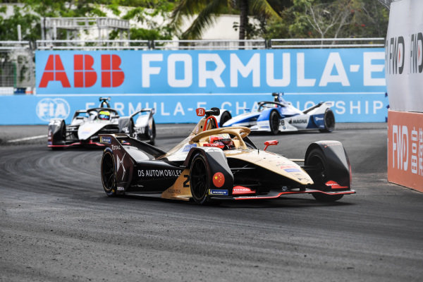 Jean-Eric Vergne (FRA), DS TECHEETAH, DS E-Tense FE19, leads Oliver Rowland (GBR), Nissan e.Dams, Nissan IMO1, and Antonio Felix da Costa (PRT), BMW I Andretti Motorsports, BMW iFE.18