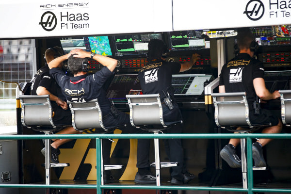 Guenther Steiner, Team Principal, Haas F1, and the Haas F1 team on the pit wall
