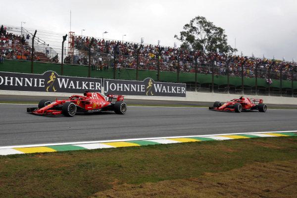 Sebastian Vettel, Ferrari SF71H, vedie Kimi Raikkonen, Ferrari SF71H