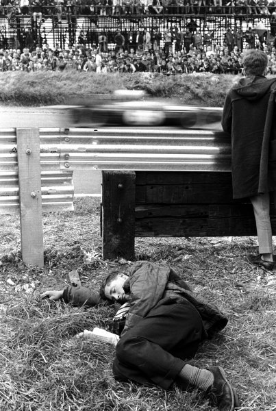 The sight of a GP at Brands Hatch for the first time was too much for this spectator. British Grand Prix, Brands Hatch, 11 July 1964.