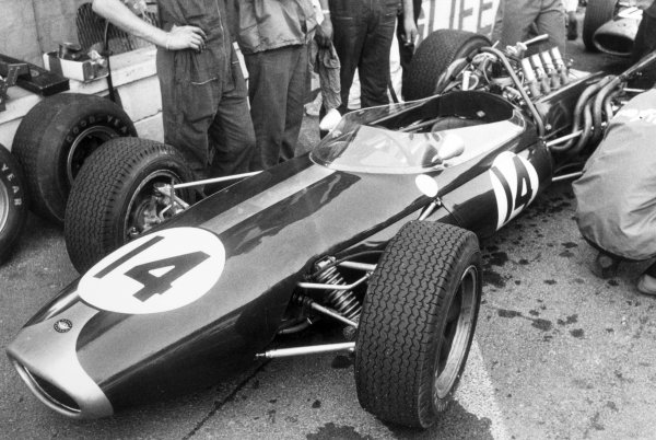 1966 French Grand Prix.Reims, France. 3 July 1966.Denny Hulme, Brabham BT20-Repco, 3rd position, in the pits.World Copyright: LAT Photographic