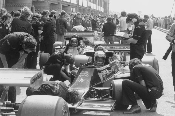 Zolder, Belgium. 14th - 16th May 1976. Gunnar Nilsson and Mario Andretti (Lotus 77-Ford Cosworth) in the pits, portrait.  World Copyright: LAT Photographic.  Ref:  9045 - 21.