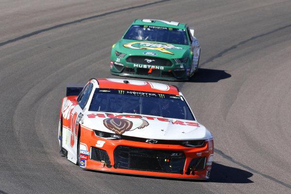 #9: Chase Elliott, Hendrick Motorsports, Chevrolet Camaro Hooters and #21: Paul Menard, Wood Brothers Racing, Ford Mustang Menards / Quaker State