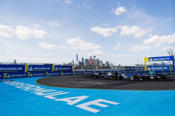 Sam Bird (GBR), Envision Virgin Racing, Audi e-tron FE05 leads Stoffel Vandoorne (BEL), HWA Racelab, VFE-05